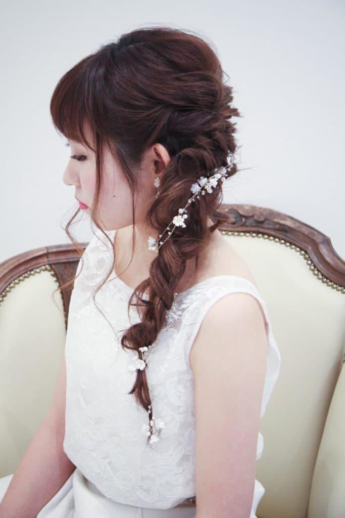 ダウンスタイルの髪型もスッキリ美しく見せる