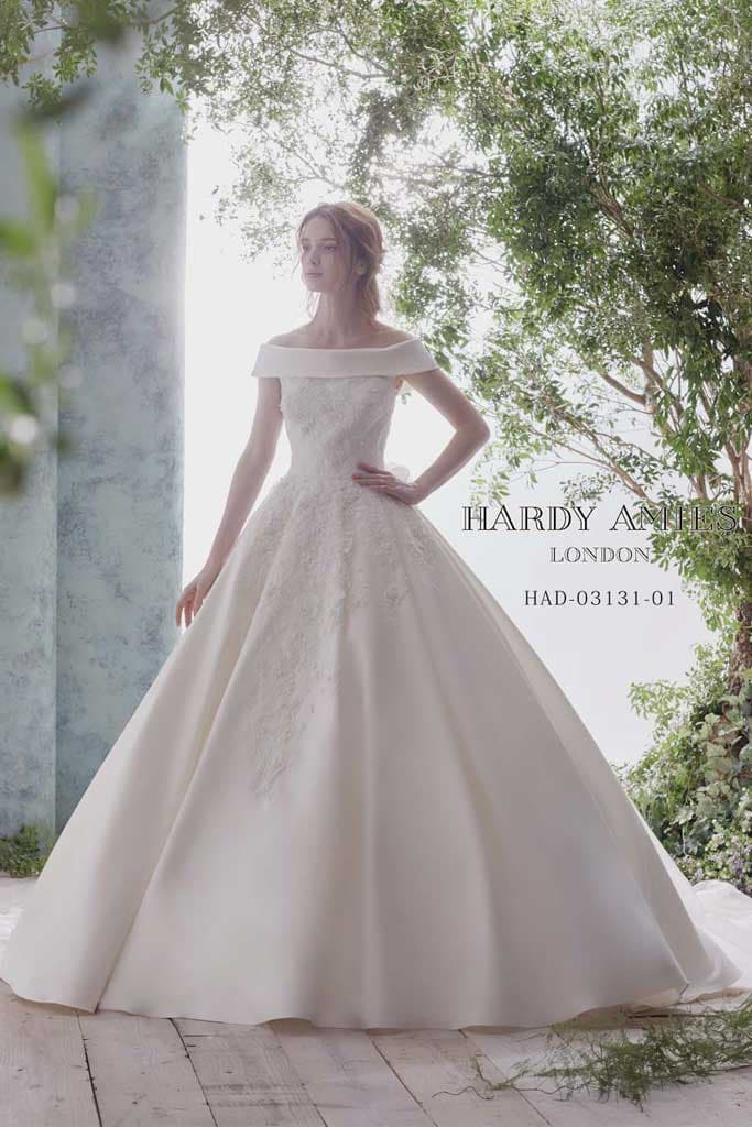 Aラインのウェディングドレス。サテンを使用した高級感のあるオフショルダー