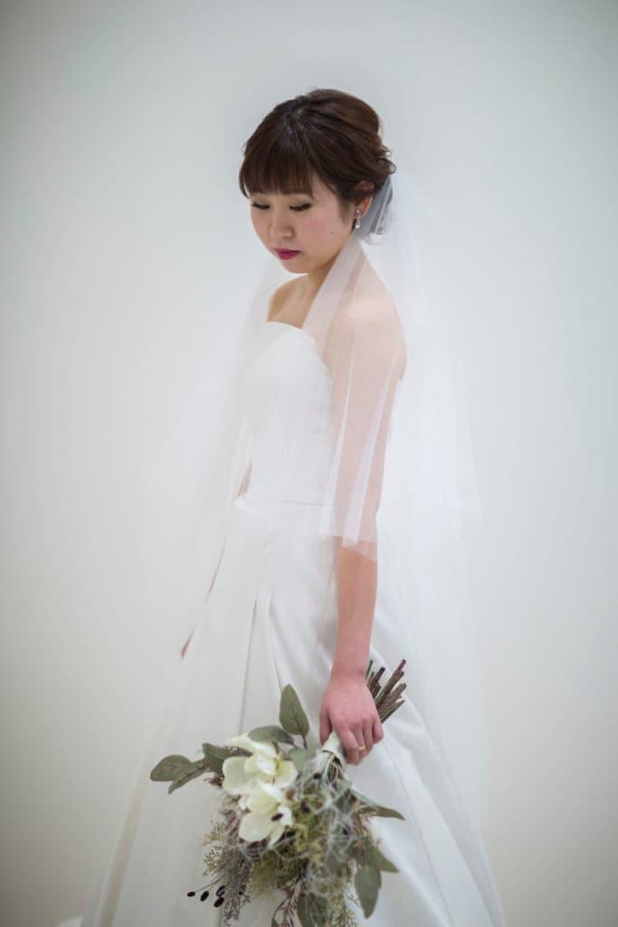 Aラインのウェディングドレス。シンプルにまとめたナチュラルコーデ