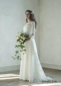 c149bd0a39cee フランス製リバーレースで、さりげなくしぼったウエストから広がるシルエットのミニドレスは、オシャレな大人花嫁にピッタリなフレンチモダンスタイル。