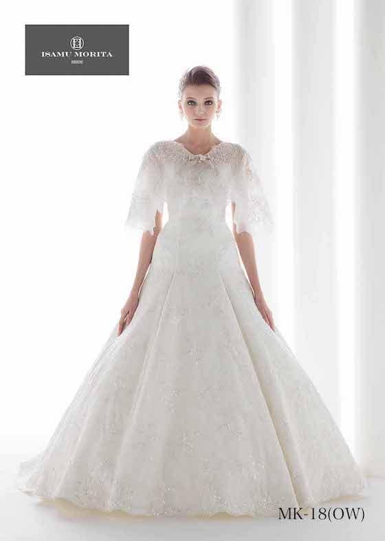 Aラインのウェディングドレス。高級感のある光沢が特徴的なオフショルダー