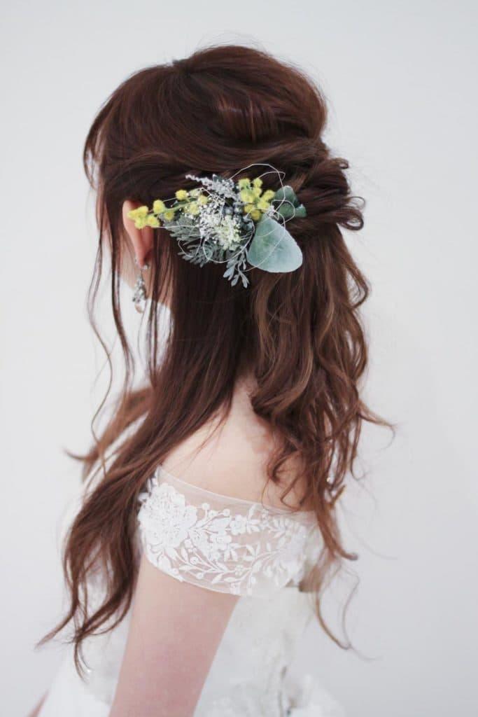 Aラインのウェディングドレス。ハーフアップの髪型にオフショルダーのデザインが絶妙にマッチ
