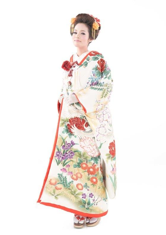1327f50c5eb48 「花嫁が着てみたい和装」と言えばこちら。色打掛に対する憧れが強い人も多いのではないでしょうか?たくさんの色を使い、華やかに彩られた色打掛ですが、そのデザイン  ...