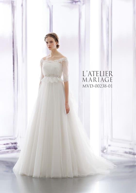 Aラインのウェディングドレス。ロングスリーブのオフショルダー